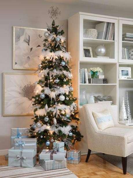 43. Decoração de árvore com enfeites prateados e brancos