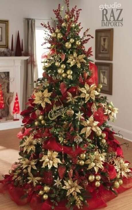 40. Um clássico: árvore de natal com enfeites vermelhos e dourados. Foto de Studio Raz Imports