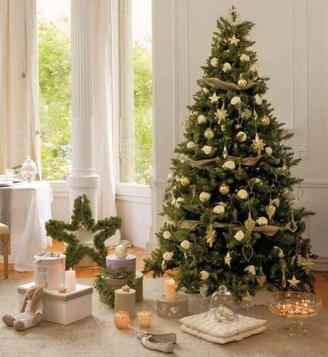 37. Árvore de natal com flores brancas e detalhes discretos dourados. Foto de Fasada Plus
