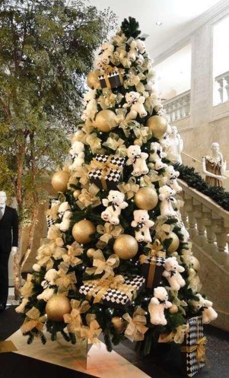 39. Árvore de natal com ursinhos de pelúcia brancos e enfeites dourados. Foto de Pinterest