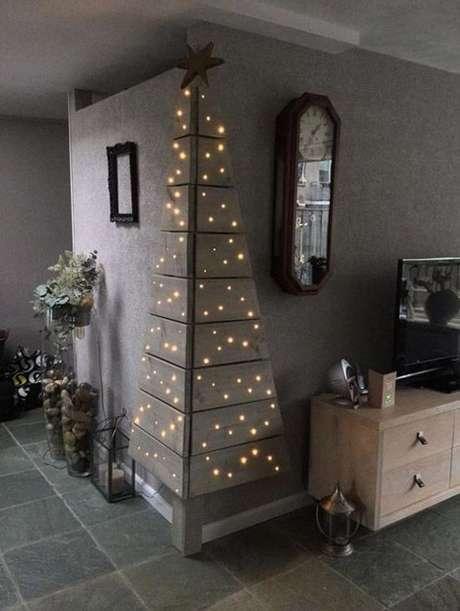 9. A árvore de natal de canto feita em madeira é ideal para quem conta com pouco espaço.