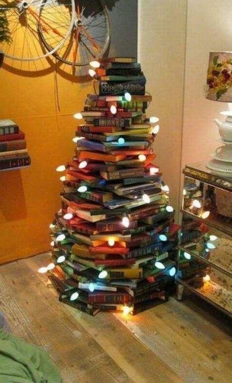 15. Essa árvore de natal artesanal feita de livros é bem alta. Para ter uma semelhante, tenha cuidado para fazer uma base bem firme