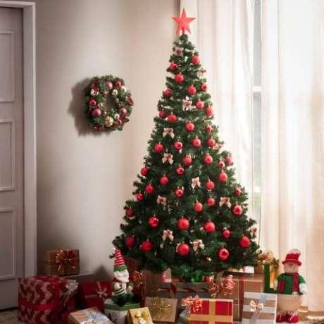 30. Árvore de natal decorada com bolinhas vermelhas. Foto de Jean Mathiel