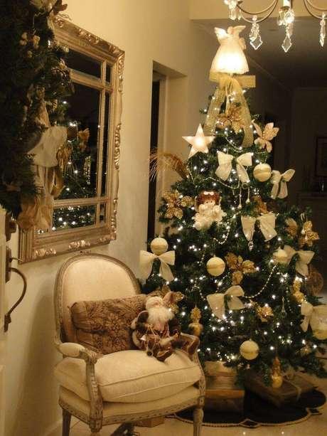 35.Decoração de árvore de natal dourada com laços eluzinhas