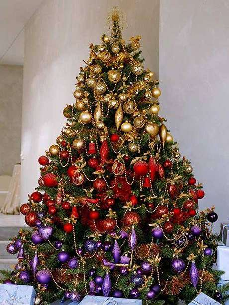 71. Árvore de natal com bolinhas douradas, vermelhas e roxas ordenadas por cor