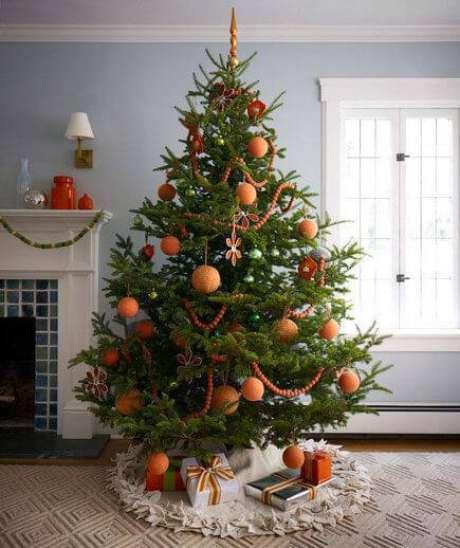 41. Decoração laranja para a árvore de natal fica charmosa e é pouco utilizada
