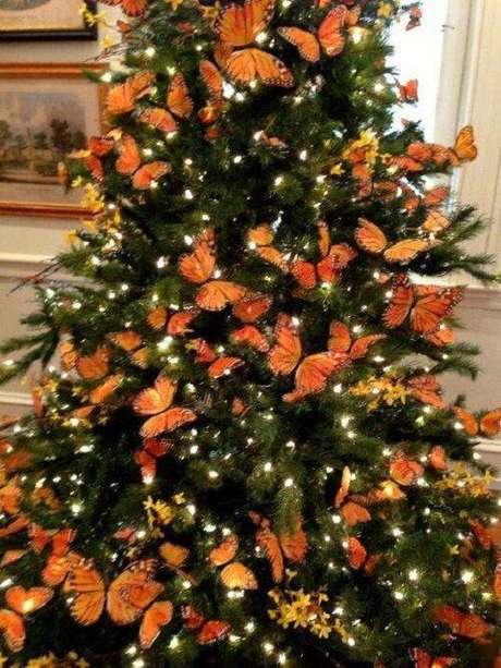 42. Árvore de natal com decoração de borboletas laranjas