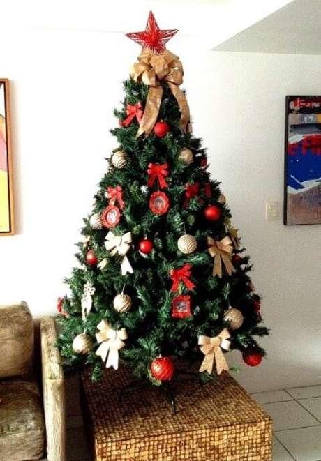 1. É só colocar uma árvore de natal na sala de estar e, pronto, o clima de final de ano já invade o seu lar! Foto de Mãetamorfose