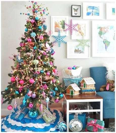 61. Árvore natalina azul e rosa, um charme na decoração