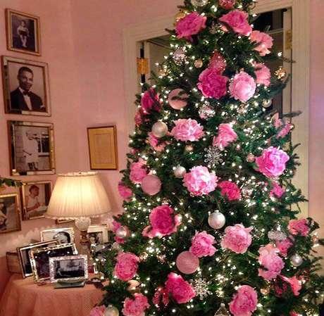 60. Árvore de natal decorada com flores cor de rosa, super romântica e vintage