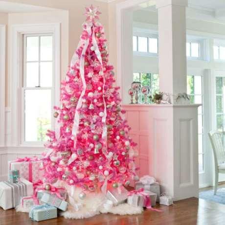 59. Árvore de natal rosa com enfeites prateados