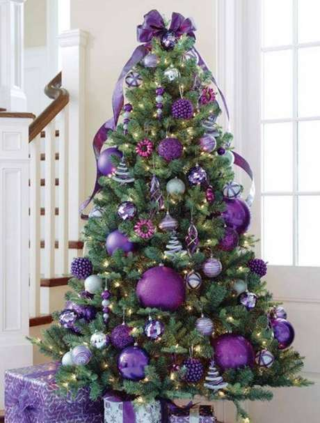 57. Uma árvore enfeitada com cores similares pode ficar mais harmônica na decoração