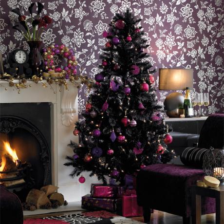 56. Árvore de natal decorada com enfeites roxos e rosas
