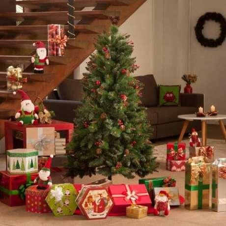 31. Árvore de natal simples com detalhes mínimos em vermelho. Foto de Livre Forum