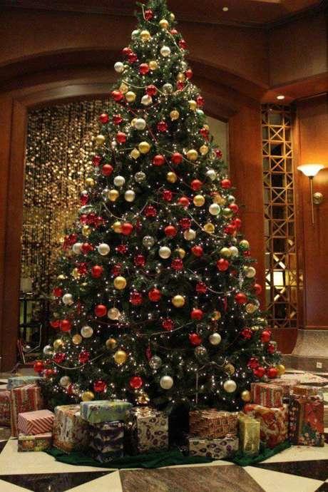 29. Árvore natalina enorme com bolinhas vermelhas, douradas e prateadas