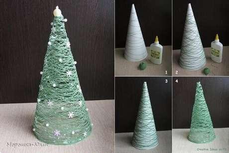 20. Para essa árvore de natal artesanal, você vai precisar de uma base de papel para fazer o formato cônico. Foto de Egy Veleg