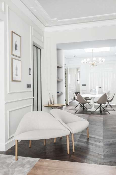 19. Casa moderna com moldura de parede e decoração em tons claros – Foto: Social Design Magazine