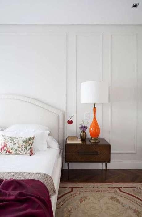 20. Decoração simples para quarto com criado mudo de madeira e parede boiserie gesso – Foto: Studio GPPA