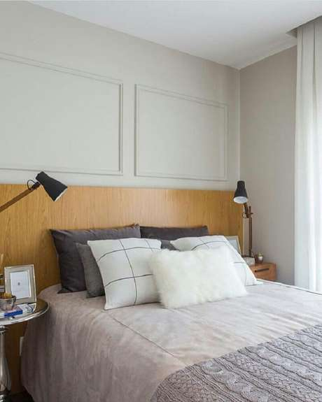 21. Decoração simples para quarto com boiseries e cabeceira de madeira – Foto: Sesso & Dalanezi Arquitetura