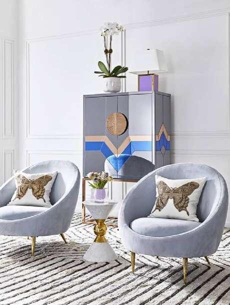 36. Decoração moderna com poltronas azuis e moldura de parede – Foto: Pinterest