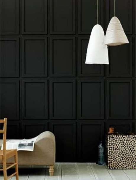 37. Decoração moderna com moldura de parede pintada de preto e pendentes brancos – Foto: Pinterest