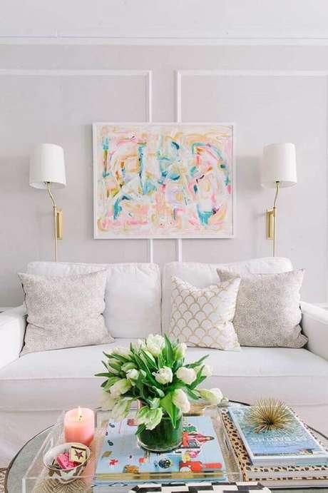 38. Quadros também podem ser colocados entre os boiseries criando um efeito diferente na decoração – Foto: Apartment Therapy