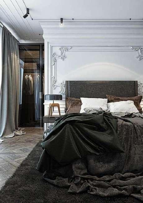 10. O clássico e o moderno se mesclam nesse quarto com boiserie – Foto: Pinterest