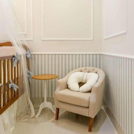 46. Decoração para quarto de bebê com boiserie e papel de parede listrado – Foto: Dayane Moreschi