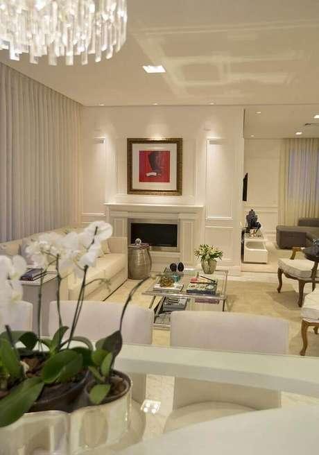 49. Decoração em tons neutros para sala com lareira e moldura de parede – Foto: RCB Arquitetura