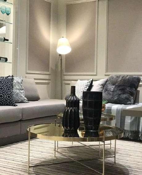 50. Decoração para sala de estar em tons neutros com moldura de parede e prateleiras de vidro – Foto: Camila Klein