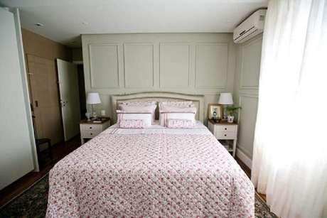 53. Decoração simples para quarto de casal com moldura de parede – Foto: CodeCorar