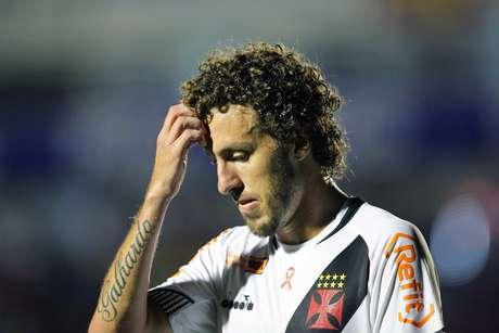 Rafael Galhardo, do Vasco, deixa gramado após ser expulso durante partida contra o Paraná