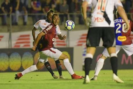 Kelvin e Mansur durante Paraná Clube x Vasco da Gama