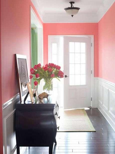 55. Hall de entrada decorado com moldura de parede e móvel antigo – Foto: Interior Design
