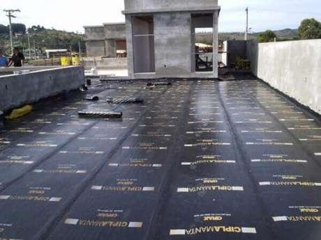 7- Depois da aplicação da manta impermeabilizante para laje é necessário fazer uma proteção mecânica. Fonte: Vai Com Tudo