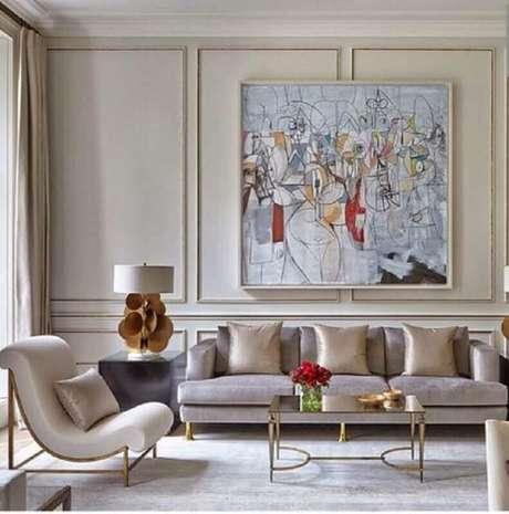 59. Decoração para sala de estar sofisticada em tons neutros com poltrona moderna e moldura de parede – Foto: Pinterest