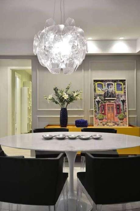 61. O boiserie pode dar um toque mais charmoso para a decoração da sala de jantar moderna – Foto: BG Arquitetura