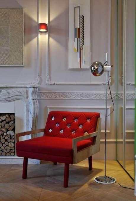 62. Sala decora com modelo clássico de boiserie e poltrona vermelha moderna – Foto Antônio Ferreira Jr e Mário Celso Bernardes