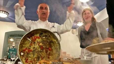 O chef Moshe Basson acredita que a cozinha israelense tem menos a ver com receitas, e sim com seu poder psicológico de reavivar memórias