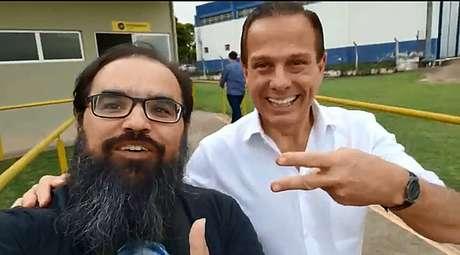 Apoiador de Jair Bolsonaro pede voto para o candidato do PSL ao lado do tucano João Doria