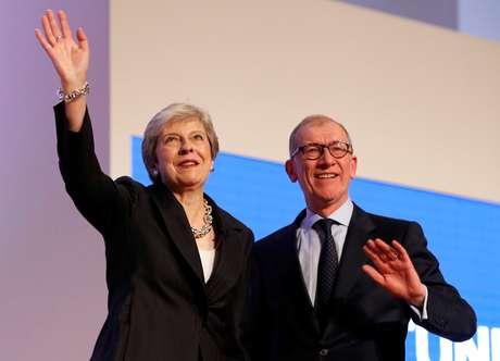 Premiê britânica, Theresa May, e o marido, Philip, são saudados após ela realizar discurso na conferência do Partido Conservador 03/10/2018 REUTERS/Darren Staples