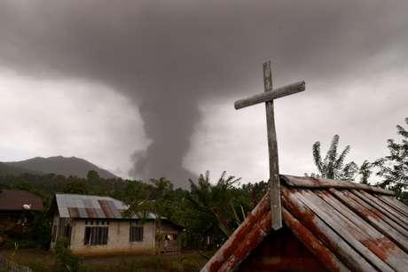 Para piorar a situação do país asiático, o vulcão Soputan, também localizado na província de Sulawesi, entrou em erupção nesta quarta-feira (3)