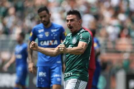A empolgação da torcida é evidente, ainda mais depois que o Palmeiras assumiu a liderança do Campeonato Brasileiro e encaminhou sua classificação para a semifinal da Copa Libertadores ao ganhar do Colo-Colo no jogo de ida em Santiago por 2 a 0