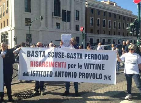 Vítimas protestam em Roma contra pedofilia na Igreja