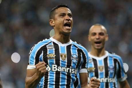 Cícero, do Grêmio, comemora seu gol durante partida contra o Atlético Tucumán