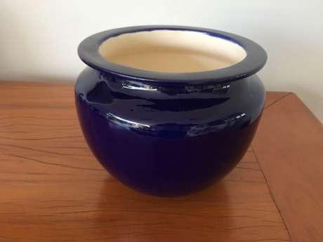19. Cachepot de cerâmica pintado de azul. Foto de Ateliê Arte em Pintura