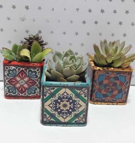 25. Os cachepots de cerâmica com estampa colorida são super charmosos. Foto de Mercado Livre