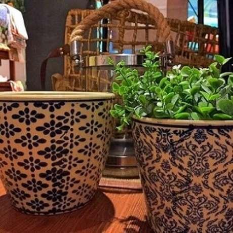 21. Cachepots de cerâmica com estampas similares à de azulejo português. Foto de Casa Equipada