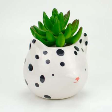 24. Um cachepot de cerâmica bonitinho como esse fica ótimo no quarto. Foto de Design Mania