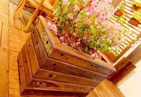 34. Cachepot de madeira com flores. Foto de Eco Madeiras